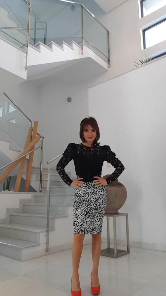 estilismo en blanco y negro, blusa negra encaje, combinacion coctel